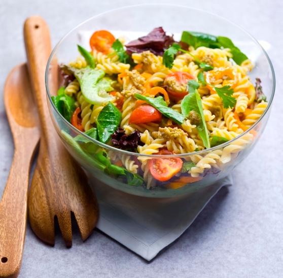 salada de fusili ao pesto